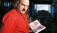 """Quién es quién en 'Pablo Escobar, el patrón del mal'. El actor recopiló toda la información que encontró del jefe del cartel de Medellín en un cuaderno que jocosamente llama """"mi diario"""". Parra entra a la historia cuando Pablo tiene 30 años. Foto Imagen Reina/12."""