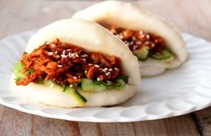 Steamed buns with hoisin chicken Food To Go, Good Food, Yummy Food, Dutch Recipes, Asian Recipes, Tapas, Vermicelli Recipes, Hoisin Chicken, Seafood Diet
