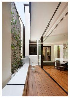 Um projeto lindo do arquiteto Matt Gibson, uma casa com terreno estreito cheia de luz e de vida. Matt Resolve com maestria os grandes dilem...