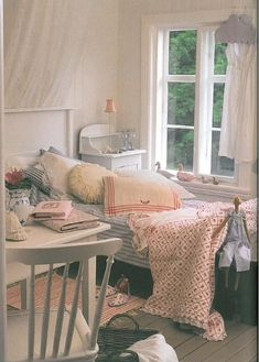 sweet shabby bed room  [OLD TIMEY BED HSEETS I CYR KS]