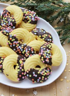 fursecuri cu ciocolata imagine Romanian Desserts, Romanian Food, Köstliche Desserts, Delicious Desserts, Galletas Cookies, Snacks, Macaroons, Baking Recipes, Sweet Recipes