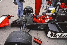 Keke #Rosberg nel suo ufficio, la Mclaren mp4/2c del 1986 a #BrandsHatch