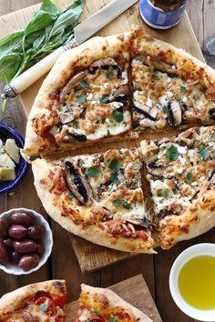 מדריך שלם להכנת פיצה ביתית מדהימה עם בצק מתפצפץ בעובי מושלם ועם גבינה נמתחת בין השיניים. פיצה שקל להכין בבית מחומרים זמינים.