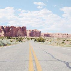 On the road. #ArchesNPS #Utah #visitUtah #exploreUtah #HitTheRoad #RoadTrip #Travel #TravelBlogger #TravelUSA #RoadTrippin #neverstopexploring #passionpassport #goexplore #tasteintravel #AirFranceMagazine #natgeofrance #natgeotravelerFrance #decourirensemble #francaisauxusa #optoutside #roamtheplanet #thegreatoutdoors #guardiantravelsnaps #FindYourPark #nationalparkgeek #archesnationalpark #mercipourladresse #freshairclub #onsefaitlabelle #eldoradoexperience | Photo de @laurafwc
