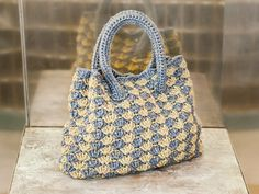 Crochet bag in the shell pattern With this bag you make a fashion statement: handle bags are not only loved by the Queen, at the mom Free Crochet, Knit Crochet, Crochet Pattern, Crochet Scarf For Beginners, Couple Items, Simply Knitting, Diy Mode, Crochet Elephant, Drops Design