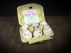 Badebomben sind immer ein großartiges Geschenk! Zu Ostern kann man sie mit Hilfe einer Oster-Ei-Form (Link für die Form siehe Rezept) zu Bade-Eiern formen und sie wunderbar in einem Eier-Karton verpacken. Die Eier-Pappe kann man außen noch hübsch dekorieren, innen in den Deckel eine kurze Erklärung, was es ist und schon hat man ein hübsches Ostergeschenk. ;-)