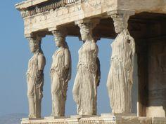 Eretto, Cariatidi (Acropoli di Atene, 420-406 a.C.). Questo monumento, solo in parte prostilo esastilo, presenta una struttura irregolare dovuta alla sua particolare collocazione.