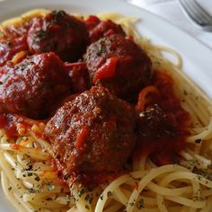 Húsgombócos spagetti (ahogy a Keresztapában főzik) Spaghetti And Meatballs, My Recipes, Healthy Life, Food And Drink, Lunch, Cooking, Ethnic Recipes, Spagetti, Cupcakes