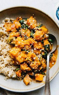 This delicious butternut squash curry is rich, tangy, and spicy. It is filled with tomatoes and spinach and is ready in about 45 minutes! If you have leftovers, this is one of those recipes that taste even better the day after! #curry #butternutsquash #vegan Healthy Eating Tips, Healthy Nutrition, Healthy Meals, Healthy Life, Butternut Squash Curry, Spinach Curry, Plat Vegan, Vegan Recipes, Cooking Recipes