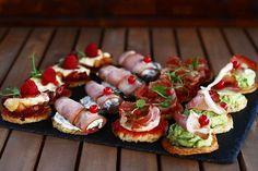 4 feluri de aperitive festive - rapid și ușor de făcut Healthy Eating Recipes, Cooking Recipes, Tapas, Good Food, Yummy Food, Romanian Food, Party Finger Foods, Xmas Food, Appetisers