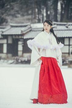 IU's traditional styling amplifies her beauty in recent drama Korean Traditional Dress, Traditional Dresses, Iu Moon Lovers, Korean Hanbok, Scarlet Heart, Hanfu, Korean Actresses, Kpop Girls, Korean Fashion