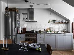 C'est en Suède que je vous amène pour visiter un appartement sous les toits . On aime : - la cuisine, pièce maitresse du lieu, avec...