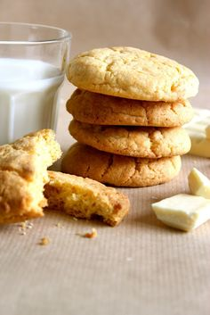 Warm: custard and white chocolate cookies from Warm & Snug & Fat Custard Cookies, Bird's Custard, Biscuit Cookies, Fun Cookies, Biscuit Recipe, Custard Powder, Cookie Brownie Bars, Cookie Desserts, Cookie Recipes
