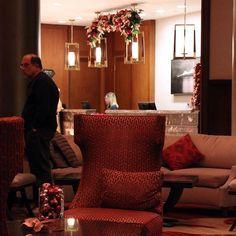 @c2mdesigns #instaxmas #christmas #interior #christmasdecorations #holiday #holidaydecor #decor #garland #ornaments #contemporary #modern #simplicity #hotel #hotellobby #reception #luxury #luxurydesign #luxurylifestyle #omni #omniprovidence #designsthatrock Designer: #christinemccaffery #rhodeisland #boston #willtravel