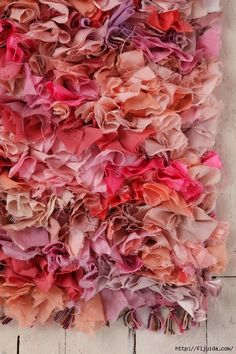 DIY rag rug tutorial :D Diy Projects To Try, Craft Projects, Craft Ideas, Arts And Crafts, Diy Crafts, Rug Hooking, Fabric Scraps, Fabric Rug, Fabric Board