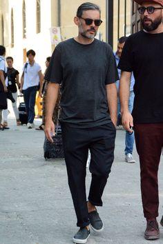 """普段からテーマ別に紹介している夏服メンズファッションコーデ。今回は2017年夏におさえておくべき着こなしやトレンドをキーワード別にピックアップ!※随時更新 夏服メンズファッションキーワード「無地のクルーネックTシャツに勢いあり」 無地、そしてクルーネックのいわゆる""""普通のTシャツ""""がトレンドだ。廉価なパックTシャツはもちろんのこと、作りや素材、加工にこだわった高価格帯のTシャツに投資する人も増加。ジャストサイズで着こなす男性が大多数ながら、一部ではドロップショルダーやボックス型のややビッグシルエットのTシャツを使ったスタイリングも見受けられる。2サイズアップするような極端なビッグシルエットではなく、やるにしても1サイズアップ程度が今季の気分だ。表面を毛羽立たせるピーチスキン加工や、表面をシルクにように滑らかにするシルケット加工など生地の質感の違いにこだわってみるのも面白い。 three dots(スリードッツ) JAMES サンデッドジャージー 1995年にロサンゼルスで誕生したthree dots(スリードッツ)。フィット感とクオリティを追求したプレミアム..."""