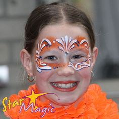 Schmink voorbeelden Altijd handig om schminkvoorbeelden bij de hand te hebben, want hoe schmink je ook alweer een leeuw en waar moet je op letten bij het schminken van bloemen? Voor Carnaval zijn hier vele leuke voorbeelden te vinden. Heel ha