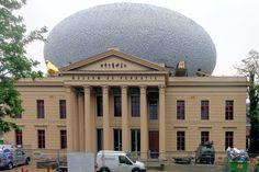 Dit is het museum van de achterkant. Hier kun je wel goed de grote wolk zien, die ze op het gebouw neergezet hebben. Ik vind het mooi, goede combinatie voor de oude rechtbank en moderne kunst.