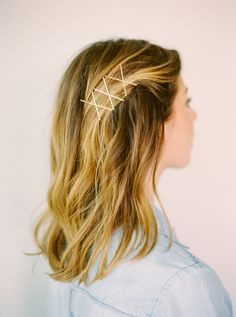While some bobby pin hairstyles require a bit of effort and creativity, most take just minutes to create. Here, 11 unexpected bobby pin hairstyles to try at home. Bobby Pin Hairstyles, Chic Hairstyles, Headband Hairstyles, Pretty Hairstyles, Hair Scarf Styles, Short Hair Styles, Bobby Pins, Hair Braider, Second Day Hairstyles