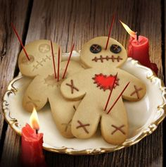 DIY voodoo doll cookies out if gingerbread men. Perfect for a Halloween party! Halloween Pizza, Creepy Halloween Party, Theme Halloween, Halloween Goodies, Holidays Halloween, Halloween Treats, Happy Halloween, Halloween Biscuits, Voodoo Halloween