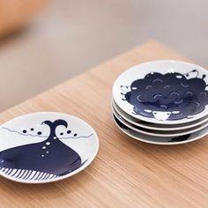 """Bienvenue sur la boutique en ligne Maison Godillot ! Parmi les trésors de la poterie de Arita au Japon, découvrez la petite assiette """"Komon Kids"""" - Baleine."""