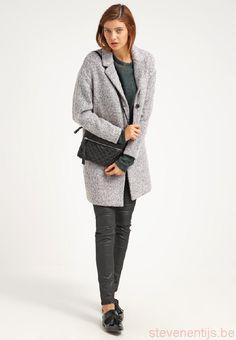Weer een nieuwe winterjas voor een nieuwe week! Met maar liefst 30% kun je deze elegante jas van Selected Femme bij Aldoor kopen. #uitverkoop #winterjas #damesmode #aldoor #korting Normcore, Elegant, Style, Fashion, Classy, Swag, Moda, Fashion Styles, Fashion Illustrations