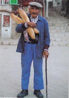 """Deze meneer haalt baguettes bij de """"boulangerie"""" (bakker), wij zijn vandaag zelfs bakkers en maken ons eigen brood. Frankrijk"""