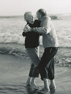 35 Photos of Cute Old Couples That Will Give You the Ultimate Relationship Goals! Cute Old Couples, Couples Vintage, Older Couples, Cute Couples Goals, Couples In Love, Romantic Couples, Couple Goals, Images Of Cute Couples, Beach Love Couple