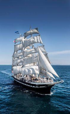 O Belem (França) juntou-se aos Grandes Veleiros Classe A rumo a Lisboa para a Maior Aventura dos 7 Mares // The Tall Ships Races Lisboa 2016! E tu? Vais ficar em terra? Encontra já a tua aventura! http://tallshipslisboa.com/embarca-nesta-aventura/ #GETONBOARD #TSRLX // A-Class Trois-mâts Belem (France) will be #SAILINGTOLISBOA for the Tall Ships Races 2016. Be part of this adventure // Get on board! #COMEANDSEALISBOA