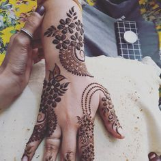 Floral Henna Designs, Mehndi Designs Book, Finger Henna Designs, Mehndi Designs For Girls, Modern Mehndi Designs, Dulhan Mehndi Designs, Mehndi Design Pictures, Beautiful Henna Designs, Henna Tattoo Designs