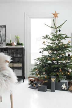 fresh spruce tree - black white and grey with a hint of copper - fabulous styling of Nina Holst - Christmas tree_stylizimo