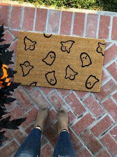 Great Photographs Halloween Doormat / Welcome Mat / Ghost / Thanksgiving Doormat / Fall Deco . Ideas Halloween Doormat / Welcome Mat / Ghost / Thanksgiving Doormat / Fall Decor / Doormat / Halloween D Casa Halloween, Theme Halloween, Halloween Home Decor, Fall Home Decor, Halloween Snacks, Holidays Halloween, Autumn Home, Halloween Crafts, Halloween