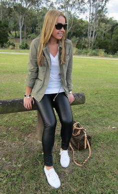 Are you a fan of leggings? We leave you some outfits that look amazing - Do you love leggings but don& know what to wear them with? Check these outfits Outfits Leggins, Leather Leggings Outfit, Leggings Fashion, Outfit With Black Leggings, Outfits With Leather Pants, Womens White Sneakers, Casual Sneakers Outfit, White Sneakers Outfit Spring, Army Green Jacket Outfit