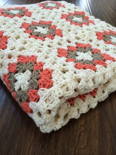 Diese Decke häkeln ist Granny Squares vom modernen feinsten! Fertig in einer schönen Mischung aus tan, Elfenbein und Korallen, ist diese Decke,
