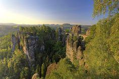 El vertiginoso puente de piedra sajón que une las montañas Elbsandsteingebirge en Alemania