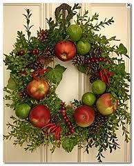 Corona navideña natural con manzanas