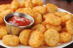 If french fries are the classic side dish of fast-food restaurants, then tater tots are the classic side-meal and comfort food of school cafeterias. Try this recipe to make your own tater tots and taste the flavor that energized you before classes! Mashed Potato Puffs Recipe, Easy German Recipes, Homemade Tater Tots, Good Food, Yummy Food, Sweet And Salty, Potato Recipes, Veggie Recipes, Queso