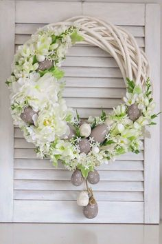 Easter home decoration ideas to make your happy 10 – Ximplah Update Easter Wreaths, Christmas Wreaths, Spring Wreaths, Easter Flower Arrangements, Easter Centerpiece, Easter Flowers, Easter Egg Crafts, Easter Eggs, Bunny Crafts