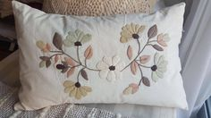 Bordado. Hand Embroidery Patterns Flowers, Hand Embroidery Videos, Embroidery Flowers Pattern, Hand Embroidery Stitches, Crewel Embroidery, Hand Embroidery Designs, Bow Pillows, Floral Pillows, Embroidered Cushions