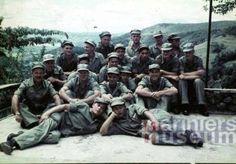 Groepsfoto van het detachement mariniers in het Sterrengebergte in Nederlands Nieuw-Guinea op 14 oktober 1959 op de berg Ifar. Op de foto staan de commandant C.B. Nicolas, J.A. de Wijn, A.L.M. Bril, A. Goedhart, A. van Ingen, W. Binkhuijsen, H. Boon, F. Brandenburg van den Gronden, J.G.C. Hendriks, H.J.W. Hendriks, J.A.C. Hirtum, ziekenverpleger J.J. Koeman, O. Koster en R.E. Portier van de verbindingsdienst, E.W. Roem, J. Ruijgrok, F. Scharff, A.C. Straathof, J. Timmer en R.J. Vlaanderen.