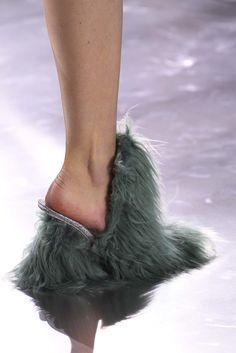 Dos loafers da Gucci às plataformas da Maison Margiela, a textura de pelos e pelúcia tomou conta dos sapatos de grifes internacionais