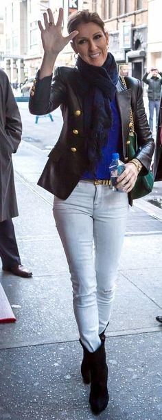 excelente----- Celine Dion Blusa azul cartera verde, lo demas en negro y jeans