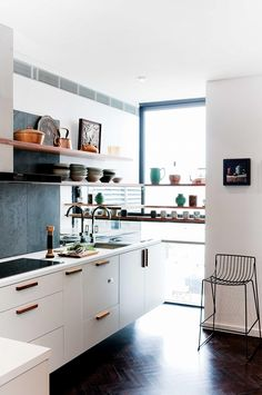 Small kitchen design and ideas for your small house or apartment, stylish and efficient. Modern kitchen ideas - with island and storage organization Classic Kitchen, New Kitchen, Kitchen White, Stylish Kitchen, Wooden Kitchen, Kitchen Living, Country Kitchen, Deco Design, Design Case