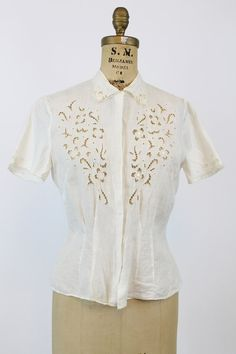 Beautiful 1920s lace blouse! Done in a crisp white linen cutwork lace. Hidden tiny snaps behind the covered placket. Teeny buttons decorate the