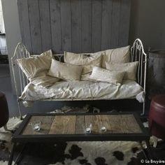 Lit banquette fer forgé-5 Cosy Bedroom, Banquette, Room Decor, Couch, Nooks, Rome, Inspiration, Furniture, Boutique
