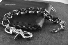 Cadena SHORTY FACTORY CARBON. Modelo corto realizado con tuercas de acero negro y anillas de acero inoxidable (también disponible con tuercas de latón o acero). Largo: 25 cm. Incluye 2 mosquetones. Ya disponible en www.metalyeah.com