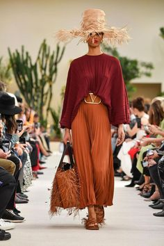 The just ended Paris Fashion Week gave us the most beautiful, stunning, crazy, wierd and amazing looks of all time. The city buzzed from the latest trends Fashion Trends 2018, Spring Fashion Trends, Spring Summer Fashion, Fall Fashion, Fashion Ideas, Spring Summer Trends, Fashion Details, Fashion 2017, Fashion Design