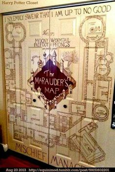 This is an incredible decorating idea for Harry Potter fans. Paint the Marauder's Map on a set of double doors. decoration house 18 Things That Prove 'Harry Potter' Fans Are the Best Objet Harry Potter, Cumpleaños Harry Potter, Harry Potter Bedroom, Harry Potter Halloween, Harry Potter Birthday, Harry Potter Navidad, Harry Potter Weihnachten, Hogwarts, Casas Estilo Harry Potter