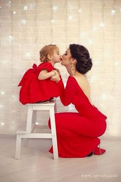 (Translation) 20 photos in which mothers and daughters as two peas (Mother Daughter Christmas Photos) Mother Daughter Pictures, Mother Daughter Outfits, Mother And Child, Mother Photos, Mother Daughters, Mom And Me Photos, Unique Family Photos, Mothers, Mother Daughter Dresses Matching