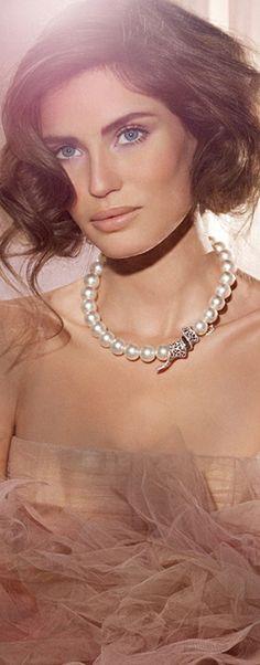The Lady in Pearls    https://www.pinterest.com/sclarkjordan/the-lady-in-pearls/ † Bianca Balti